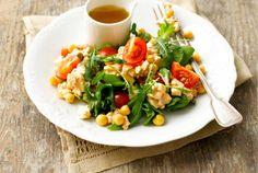 Raejuusto-kikhernesalaatti piristää silmää, on terveellinen ja proteiinipitoisena karkoittaa myös nälän. http://www.valio.fi/reseptit/raejuusto-kikhernesalaatti/ #resepti #ruoka