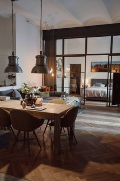 Ein Loft im Industrial Style - Wiener Wohnsinnige Homestory Soho House, Loft, Design Your Home, Industrial Style, House Tours, Ceiling Lights, Rooms, Home Decor, New York Apartments