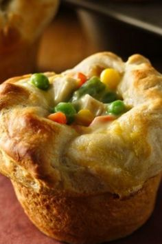 Chicken Pot Pie with just 4 ingredients? It couldn't get any easier!® Chicken Pot Pie Puffs 2 cups Green Giant® frozen mixed vegetables, thawed 1 cup diced cooked chicken 1 can oz) condensed cream of chicken soup Mini Pot Pies, Le Diner, So Little Time, Love Food, The Best, Muffins, Brunch, Food And Drink, Cooking Recipes