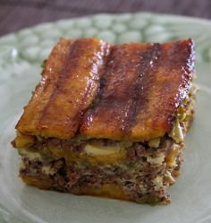 Piñon o Pastelon de Platano (Sweet Plantain Meat Pie) Plantains can be purchased in varying degrees of ripeness at markets specializing in Latin produce. Puerto Rican Dishes, Puerto Rican Recipes, Mexican Food Recipes, Puerto Rican Lasagna, Ethnic Recipes, Salade Healthy, Hispanic Dishes, Boricua Recipes, Salads