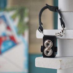 オールハンドメイドのレザー製ミニチュアカメラバッグチャームです。こちらはノスタルジックな二眼レフカメラタイプです。小さなパーツも全てハンドメイドで作られていま...|ハンドメイド、手作り、手仕事品の通販・販売・購入ならCreema。