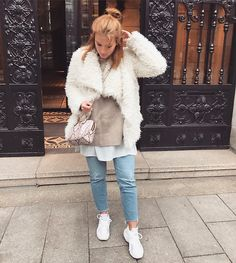 Blue jeans look Expensive Clothes, Autumn Street Style, Fall Looks, Modest Dresses, People Around The World, Winter Wonderland, Everyday Fashion, Blue Jeans, Personal Style