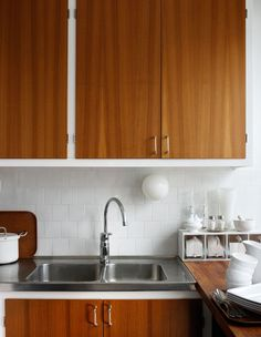 Scandinavian Deko Dark Kitchen Cabinets, Kitchen Paint, Kitchen Dining, Scandi Home, Pretty Room, Kitchen Stories, Updated Kitchen, Kitchen Styling, Cool Kitchens