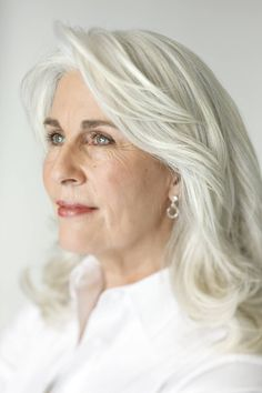 Belgian model Marlies Beauty in a simple white shirt and earrings. With hair like that and blue eyes--she's gorgeous! Long Gray Hair, Silver Grey Hair, White Hair, Grey Hair Looks, Shampoo For Gray Hair, Color Your Hair, Ageless Beauty, Aging Gracefully, Gorgeous Hair