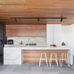 Let's talk modern wood kitchen design! I love all-wood kitchens as I think they often soften the interior design of a modern home quite effectively. Australian Interior Design, Interior Design Awards, Interior Design Kitchen, Interior Modern, Timber Kitchen, New Kitchen, Kitchen Decor, Kitchen Ideas, Kitchen Modern