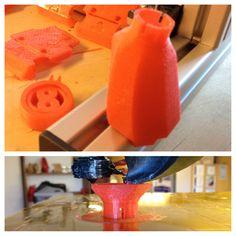 Suutinsuojaa, filamenttiohjainta ja filamenttirulla telinettä tulostettuna.