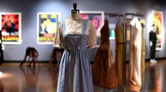 El icónico vestido de cuadros azules y blancos de Dorothy en la película 'El mago de Oz' alcanzó hoy, 23 de noviembre de 2015, la cifra de USD 1,3 millones de precio de martillo en la subasta celebrada por la casa Bonhams. La puja final fue así superior a la expectativa inicial, que rondaba el millón para la pieza vestida por Judy Garland en su viaje inciático hacia Oz por el camino de baldosas amarillas.