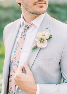 This perfect summer wedding color palette inspiration is just what you need! View the editorial by San Diego wedding photographer, Mandy Ford! Light Grey Suits Wedding, Tux Colors, Serie Suits, Groom And Groomsmen, Groom Attire, Gray Suits, Gray Tux, Women's Suits, Summer Wedding Colors