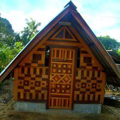"""house decorated Marrons design - in Pokigron. Pokigron is een dorp in het hart van Suriname, bewoond door circa 500 Saramacca bosnegers. Het is het laatste dorp dat vanuit de hoofdstad Paramaribo nog over de weg te bereiken is. Atjoni is de landingsplaats waar de korjalen uit het binnenland aanleggen, en personen en goederen uit- en inladen, die door vrachtwagens, busjes en """"Jumbo's"""" worden aan- en afgevoerd."""