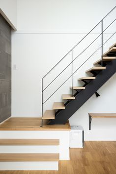 Stair Railing Design, Stair Handrail, Stair Decor, Balustrades, Interior Staircase, Modern Stairs, House Extensions, Open Plan Living, Patio