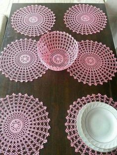 No instructions but could probably use thick glue and put it around an inflated balloon to shape and dry. Crochet Mat, Crochet Bowl, Crochet Stitches Patterns, Thread Crochet, Filet Crochet, Crochet Designs, Crochet Hooks, Crochet Tablecloth, Crochet Doilies
