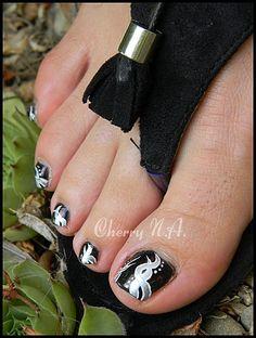 Nail art en noir et argent au vernis et peinture acrylique