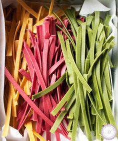 Rezept für selbstgemachte Pasta Tagliatelle Tricolore zum Essen und Verschenken und Anleitung, wie man Nudeln auch auf engem Raum prima trocknen kann.