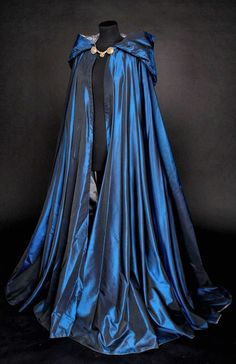 Looks like a Ravenclaw cloak 😍 Medieval Dress, Medieval Clothing, Medieval Costume, Medieval Outfits, Steampunk Clothing, Pretty Dresses, Beautiful Dresses, Beautiful Beautiful, Beautiful Pictures