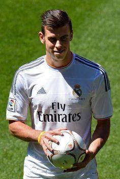 Bale- I love the Read Madrid jersey! Garet Bale, Read Madrid, Soccer Stars, Ac Milan, Tottenham Hotspur, Fifa World Cup, Football Players, Bale Real, Sports
