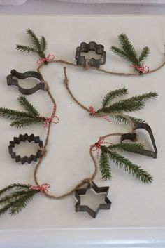 22 Charming Outdoor Christmas Tree Decorations You Must Try this Year - The Trending House Noel Christmas, Primitive Christmas, Outdoor Christmas, Country Christmas, Homemade Christmas, Winter Christmas, Vintage Christmas, Christmas Wreaths, Christmas Decorations