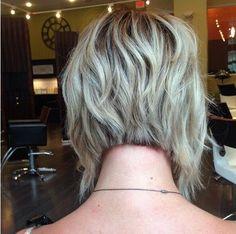 En ángulo, corte de pelo corto acodado Bob                                                                                                                                                      Más