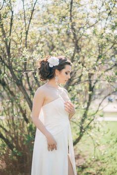 chignon sur le côté ondulé décoré d'une fleur blanche