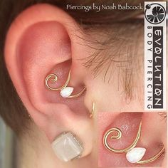 We're loving these new teardrop opal beads from Evolve Jewelry Design ❤️ Pictured here: daith piercing with custom-bent jewelry by Noah Babcock. Noah will be in the studio Wednesday through Friday of this week, then gone for a week for vacation! Daith Piercing Schmuck, Body Piercing, Migraine Piercing, Tragus Earrings, Ear Jewelry, Body Jewelry, Jewlery, Jewelry Bracelets, Personalized Jewelry