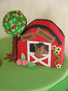 Horse in the barn by Cake Fiction by Mel, via Flickr I wish it lead to a tutorial but this thing is so cute.