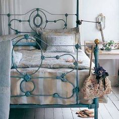 Love this painted wrought iron bed Shabby Chic Bedrooms, Bedroom Vintage, Shabby Chic Homes, Painted Iron Beds, Cama Vintage, Wrought Iron Headboard, Wrought Iron Bed Frames, Antique Iron Beds, Cast Iron Beds