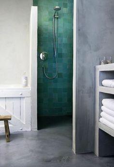 salle de bain en béton ciré couleur gris, salle de bain moderne, faire une douche à l italienne