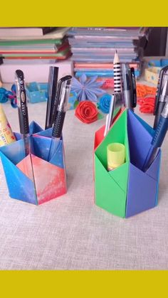 Diy Crafts For Gifts, Arts And Crafts, Pen Holder Diy, February Journal, Rainbow Origami, Diy Paper, Paper Crafts, Stationery Craft, Diy Tops