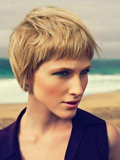 Eine tolle, sehr prägnanteKurzhaarfrisur: Dieser Kurzhaarschnitt eignet sich besonders bei dicken Haaren und zeichnet sich durch einen exakten, kurzen Pony und längeren Partien hinten aus. Und hier haben wir noch mehr Kurzhaarfrisuren für euch...Kurzhaarfrisuren, lange Haare, raffinierte Hairstyling und Co.: Frisuren