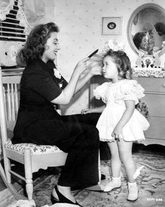 Joan Blondell with daughter Ellen Powell in 1941.