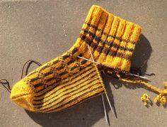 - Kan du stoppa strumpor? Jag fick frågan strax innan jul och svarade ja trots att jag faktiskt inte lagat särskilt många ...eller rät... Knitting Socks, Mittens, Felt, Textiles, Crochet, Pattern, Knits, Socks, Knit Socks