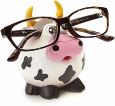 Un cadeau pratique pour la Fête des grands-mères: un support à lunettes rigolo! Avec ce petit cadeau, les lunettes de Grand-mère ont une place permanente dans la maison. Fini le 'Où sont mes lunettes?' ;) Cliquez l'épingle pour plus d'informations. #lunettes #vache #cadeaumamie #cadeaugrandmere #cadeaufetesdesgrandsmeres #fetedesgrandsmeres #cadeaurigolo #humour