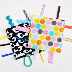 Quick DIY gift: make a crinkle taggie baby toy with this easy tutorial and a surprising crinkly upcycled material! Burp Cloth Patterns, Sewing Patterns, Sewing Projects For Kids, Sewing For Kids, Sewing Lessons, Sewing Hacks, Baby Sewing, Free Sewing, Invisible Stitch