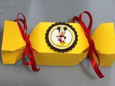 Caixa bala personalizada com o tema da sua festa. <br>Disponível em outras cores. <br>Feita com papel offset 180g <br>A caixa vai desmontada para poder colocar os doces. Fácil montagem. <br>Acompanha fita cetim