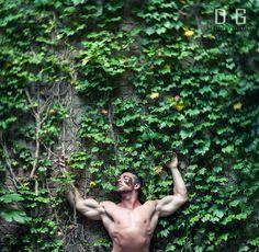 Immersione (Autoritratto/self portrait) Guarda la natura, guardala bene e ascoltala. Là. Con loro gridi e il vento che passa tra le foglie. Un grande concerto che vive di vita propria, completamente indifferente, distaccato da quel che mi succede, dalla vita stessa a cui mi appiglio con forza, per non cadere ma sperare.(Photo-Matteo De Grandis ©) #Man #Model #Sensual #Green #Nature #Nude #Muscle #Gym #Nikon #Leaves #Butterfly  #Wall  #Art #Surrel #Fantasy #Uomo #Sensuale