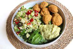 """Denne falafelbowl med quinoa tabouleh og persillehumus blev faktisk skabt ved at spise rester til aftensmad. Salatbowls er nemlig geniale til at få ryddet ud i køleskabet og få spist op. Børn synes måske også det er sjovt, at få lov til at """"designe"""" deres helt egen skål. På den måde bliver det sjovt og …"""
