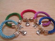 Pulseras artesanales hechas a mano, con variedad de colores a elegir y con diferentes colores.Se pueden hacer a gusto de cliente.