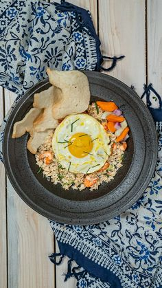 Nasi Goreng Daun Jeruk Fried rice that is practical, tasty, delicious, with orange leaves, the aroma Easy Pasta Recipes, Snack Recipes, Cooking Recipes, Look And Cook, Cooking Cookies, Snap Food, Nasi Goreng, Indonesian Food, Creative Food