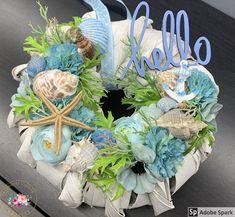 """Kézműves Csodák Műhelye on Instagram: """"Hello-hello 🐚🐠...vastag alapra készült kopogtató. Átmérője: 25 cm #ajtódísz #kopogtató #artificialflower #sirály #selyemvirág #tengerész…"""" Coastal Decor, Hanukkah, Floral Wreath, Instagram, Home Decor, Floral Crown, Decoration Home, Room Decor, Home Interior Design"""