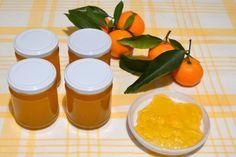 Dato che in questo periodo i mandarini sono molto presenti sulle nostre tavole, vi consiglio un modo per conservare fragrante il loro aroma prezioso, in modo da poterlo riutilizzare per farcie o semplicemente sulle fette biscottate, pane o biscotti.