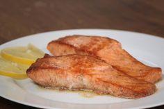 Wie brät man Lachs so, dass er nicht austrocknet? Wenn sie auf ein paar Details beim Zubereiten achten, bleibt der Fisch saftig.