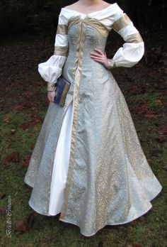 uh, I want know who made a replica of Susan Pevensie's Dress (Caspian Movie) and where can I get my hands on the pattern!