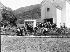 Galleri NOR; Setesdal Valle utenfor kirken 1934