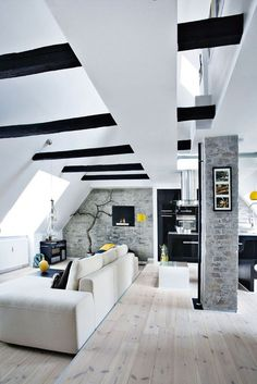 The sloping ceilings, the exposed black beams and the décor all helps create a New-York atmosphere. The raw end-wall further contributes to the setting.