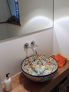 Ein echtes Kunstwerk im #Bad ist so ein farbenfrohes #waschbecken von #mexambiente #waschtisch #gästewc #badezimmer