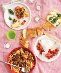 Real Simple - 4 picnic themes including items involving some cooking, and some store bought Fresco, Bbq Menu, Yummy Eats, Yummy Yummy, Yummy Recipes, Dessert Recipes, Food Park, Picnic Foods, Grilling Recipes