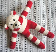 Beertje rood wit Anne-Claire Petit origineel kraamcadeau.  Dit schattige gebreide beertje is superzacht voor je baby. Superveilig, van het merk Anne-Claire Petit. Een origineel babycadeau om te geven!    Lengte beer: 20 cm    Kleur: rood en gebroken wit    Merk: Anne-Claire Petit accessoires