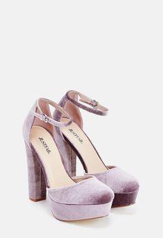 Une paire de chaussures à talons en suédine comprenant une semelle travaillée et une fermeture à boucle ajustable....
