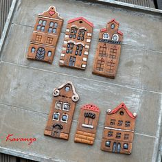 Placaté městečko 6 keramických domečků s dírkou na ozdobu nebo na další tvoření. Nejvyšší má na výšku 13 cm, nejmenší 7,5 cm. Cena za kus.
