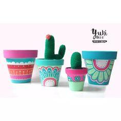 Macetas pintadas a mano/ hand painted flowerpots Painted Plant Pots, Painted Flower Pots, Pots D'argile, Clay Pots, Clay Pot Crafts, Diy And Crafts, Fleurs Diy, Diy Planters, Pottery Painting