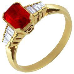 Anillo de oro con rubí central y diamantes: http://www.diamondiberica.com/anillo-de-oro-con-rubi-y-diamante-baguette-3000232.html